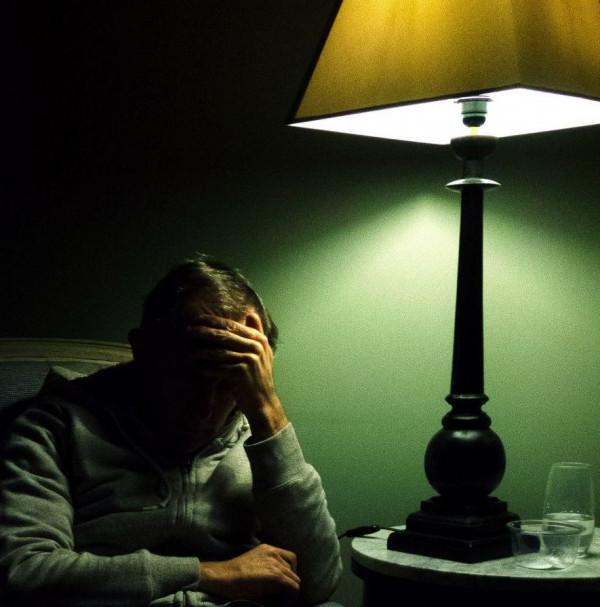 Ambrose Ducable - Sous la lampe - CdF papier couleur - Médaille humain